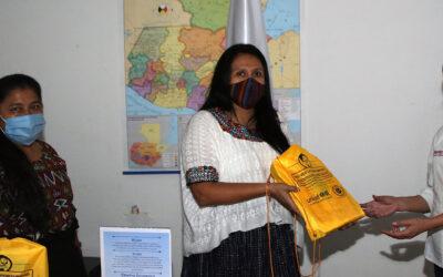 Entrega de kits a la delegada departamental de Secretaría Presidencial de la Mujer, Las Verapaces.